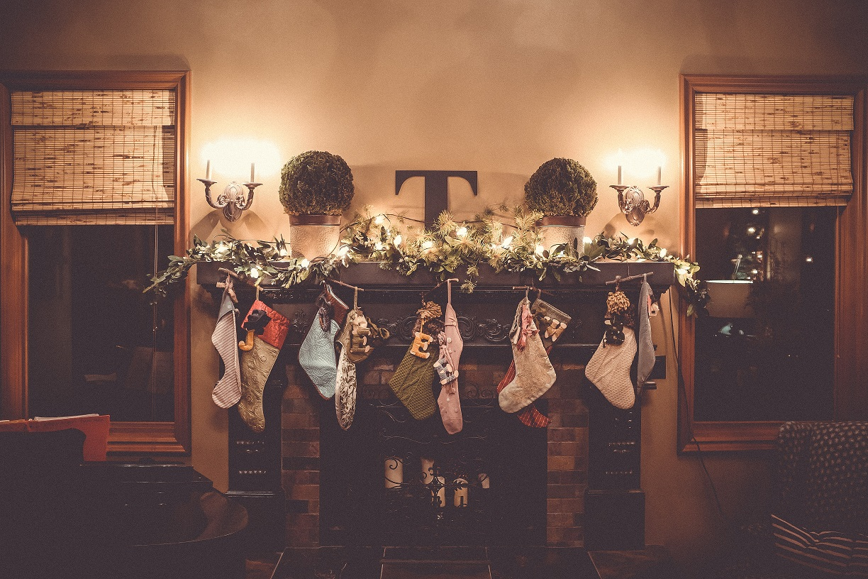 How to Decorate Your Fireplace Mantel for the Holidays